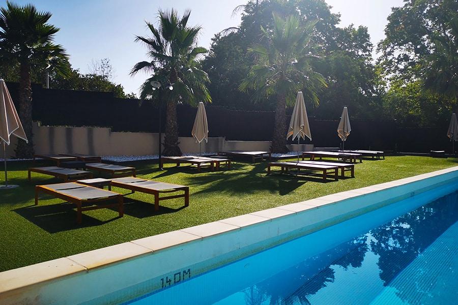 La piscine extérieure de l'hôtel et spa de Fontcaude