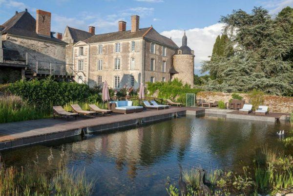Le château Epinay et sa piscine naturelle